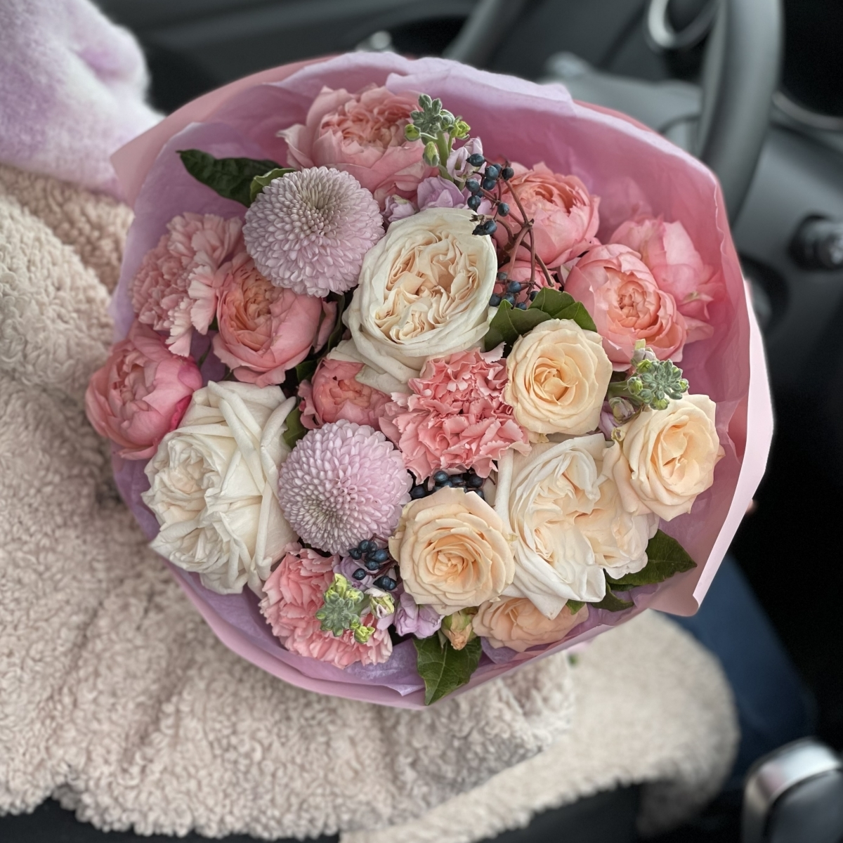 Букет Особый повод из кустовых пионовидных роз, диантуса, маттиолы и вибурнума