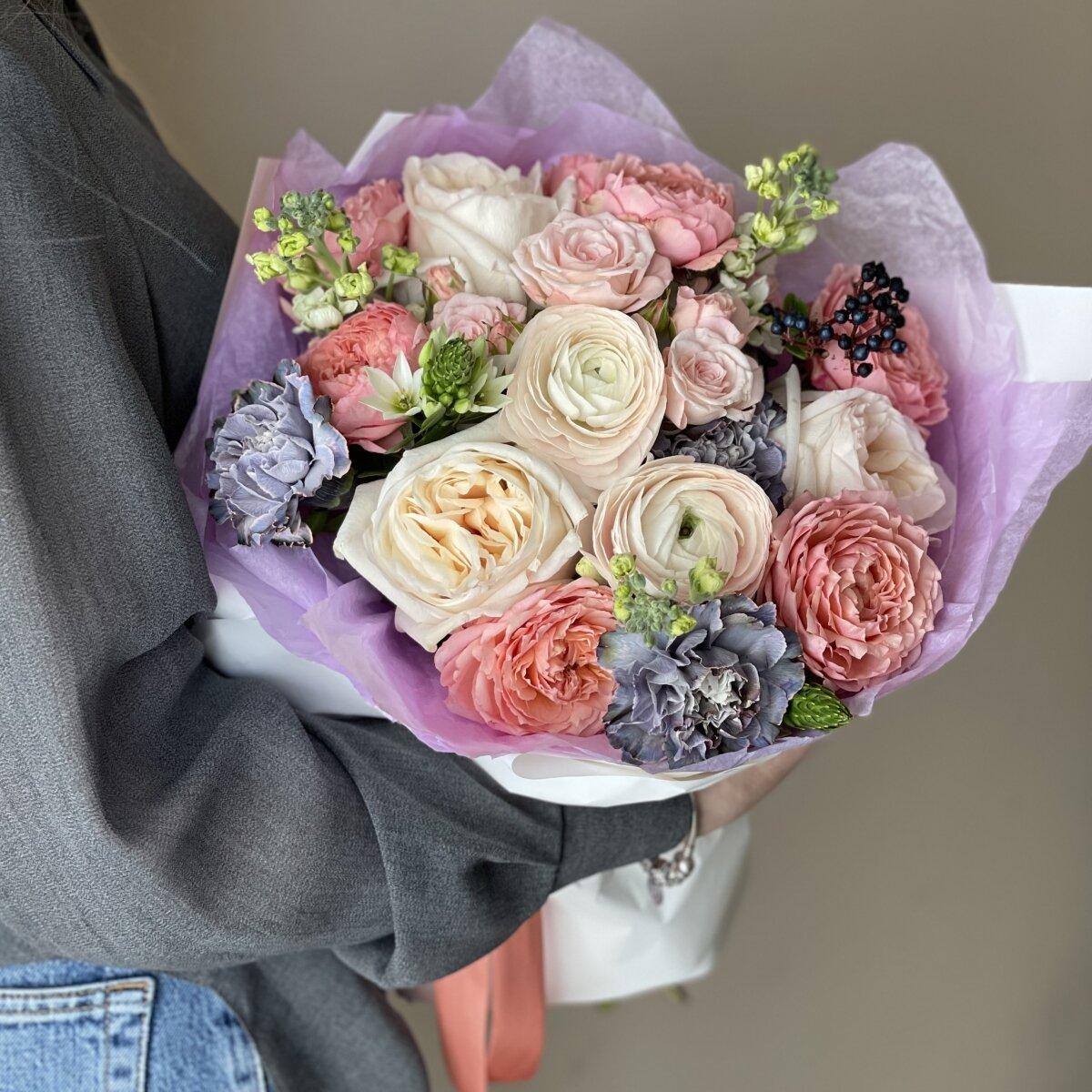 Букет Сопрано из ранункулюсов, маттиолы, диантуса и пионовидных роз