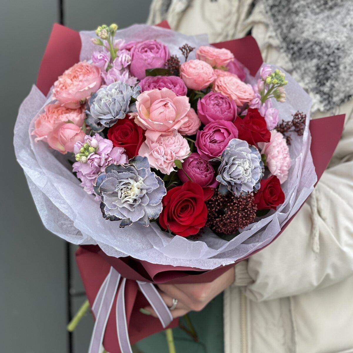 Букет Джерси из кустовых пионовидных роз, диантуса, скиммии и маттиолы