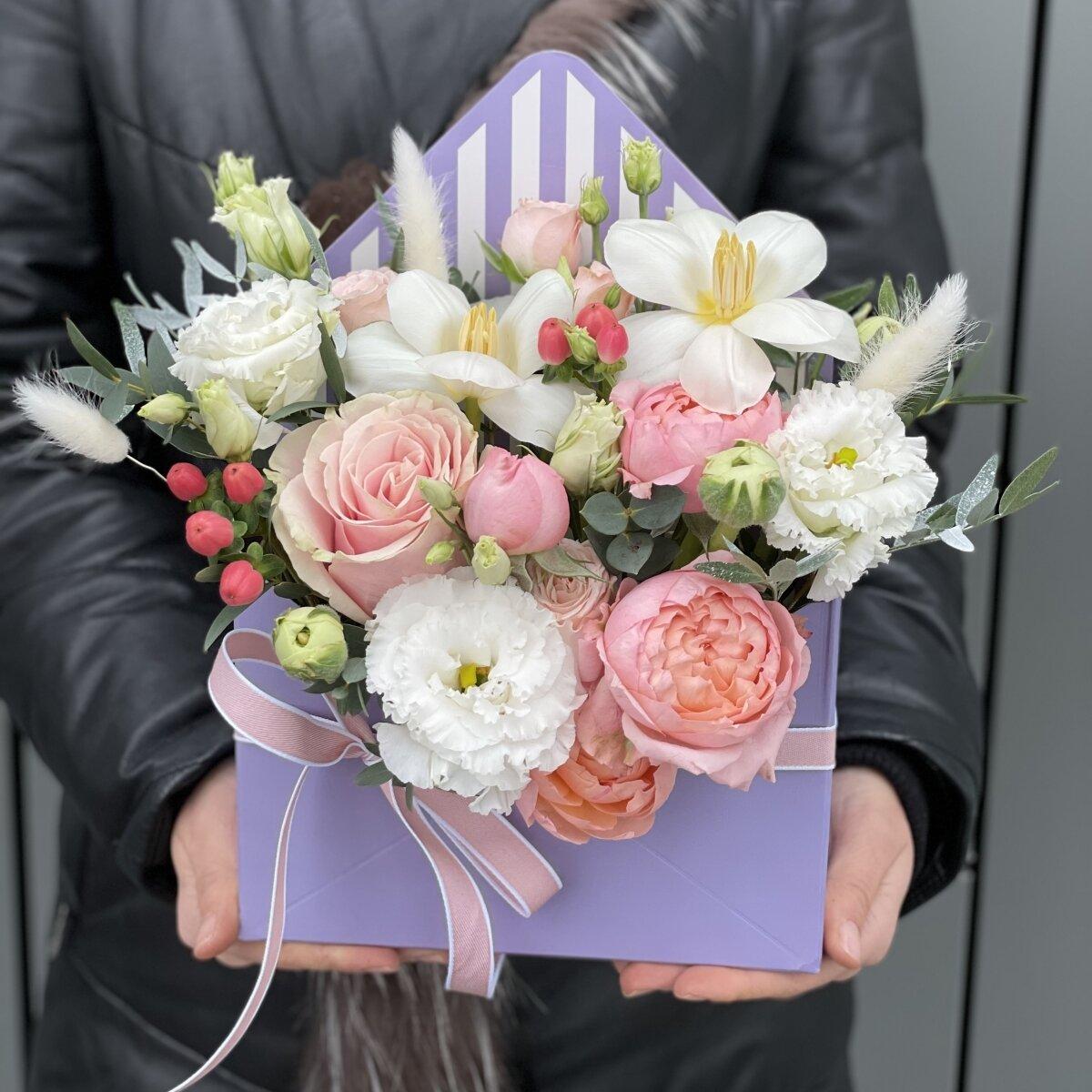 Конверт Джуан из кустовой пионовидной розы, тюльпанов и гиперикума