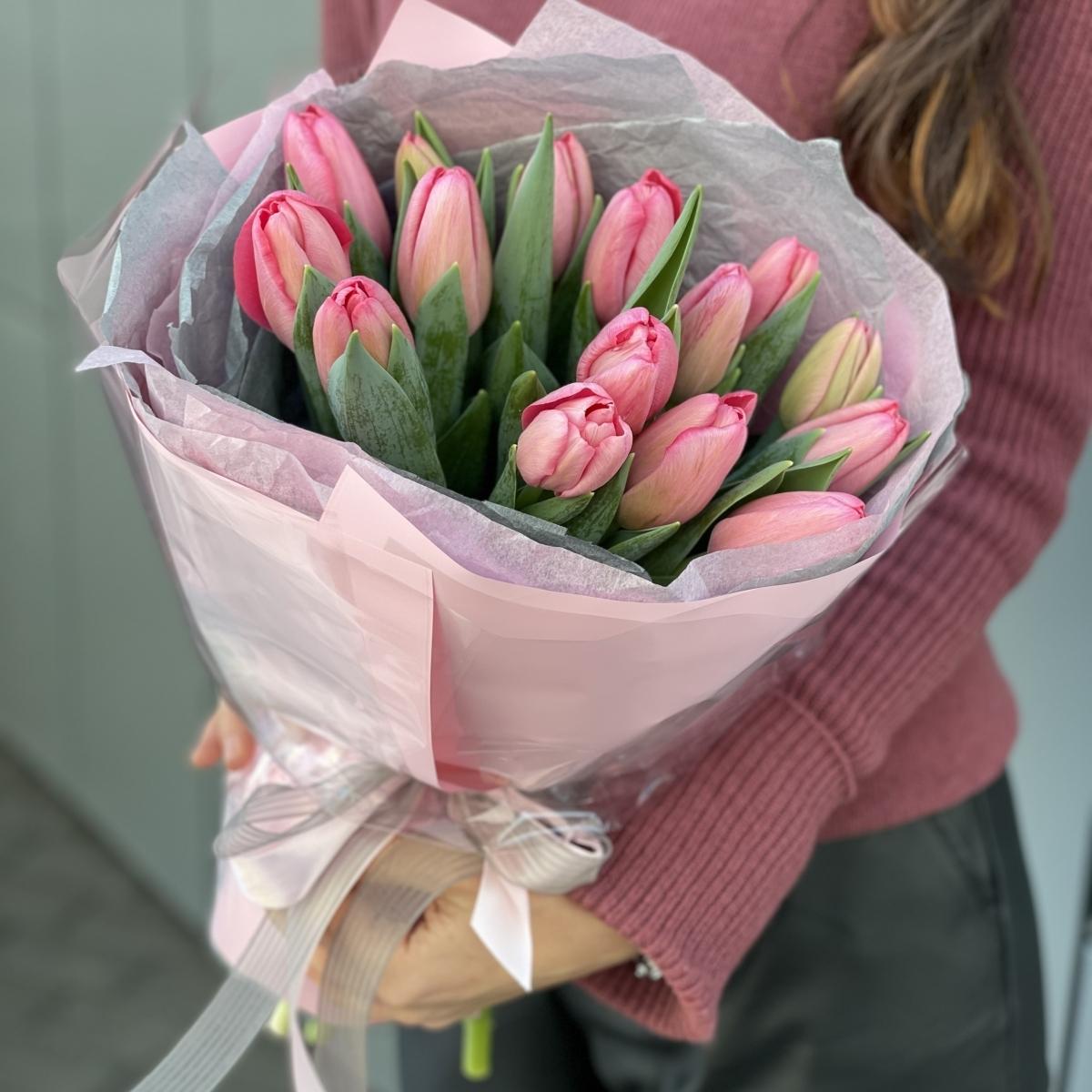 Букет из 15 розовых тюльпанов в оформлении