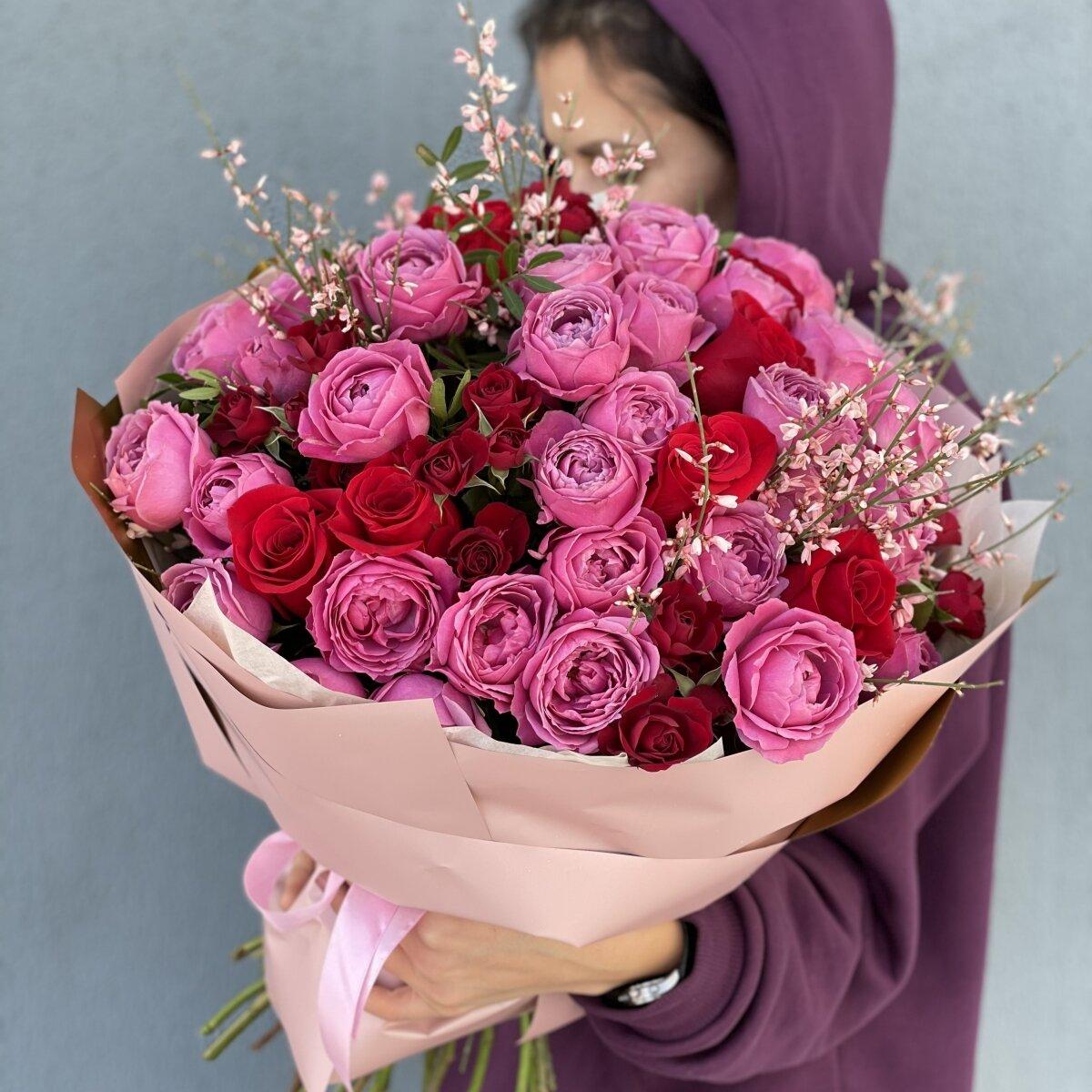 Букет Прадо из одноголовых и кустовых пионовидных роз, гениста