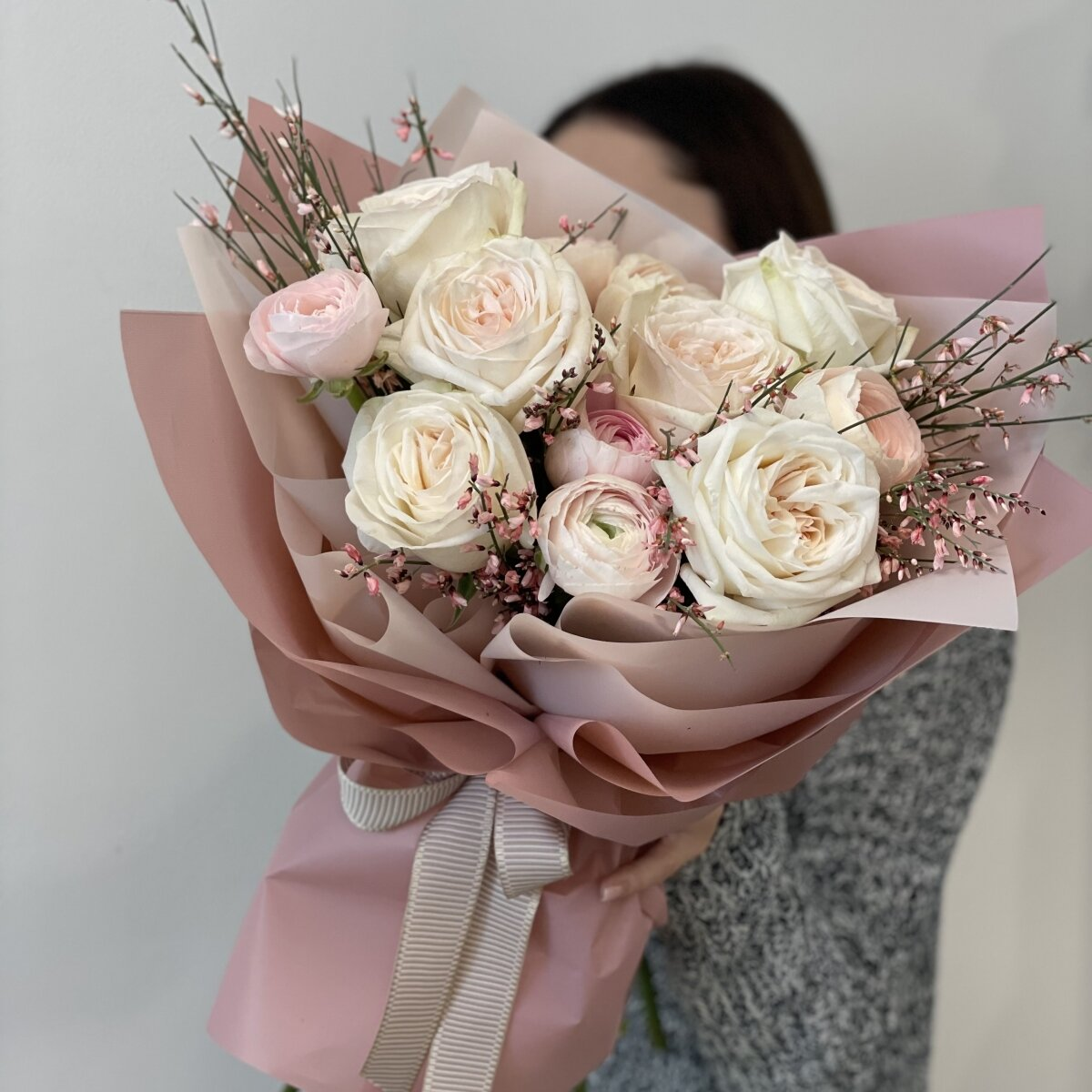 Букет Воздушный десерт из роз, ранункулюсов и генисты