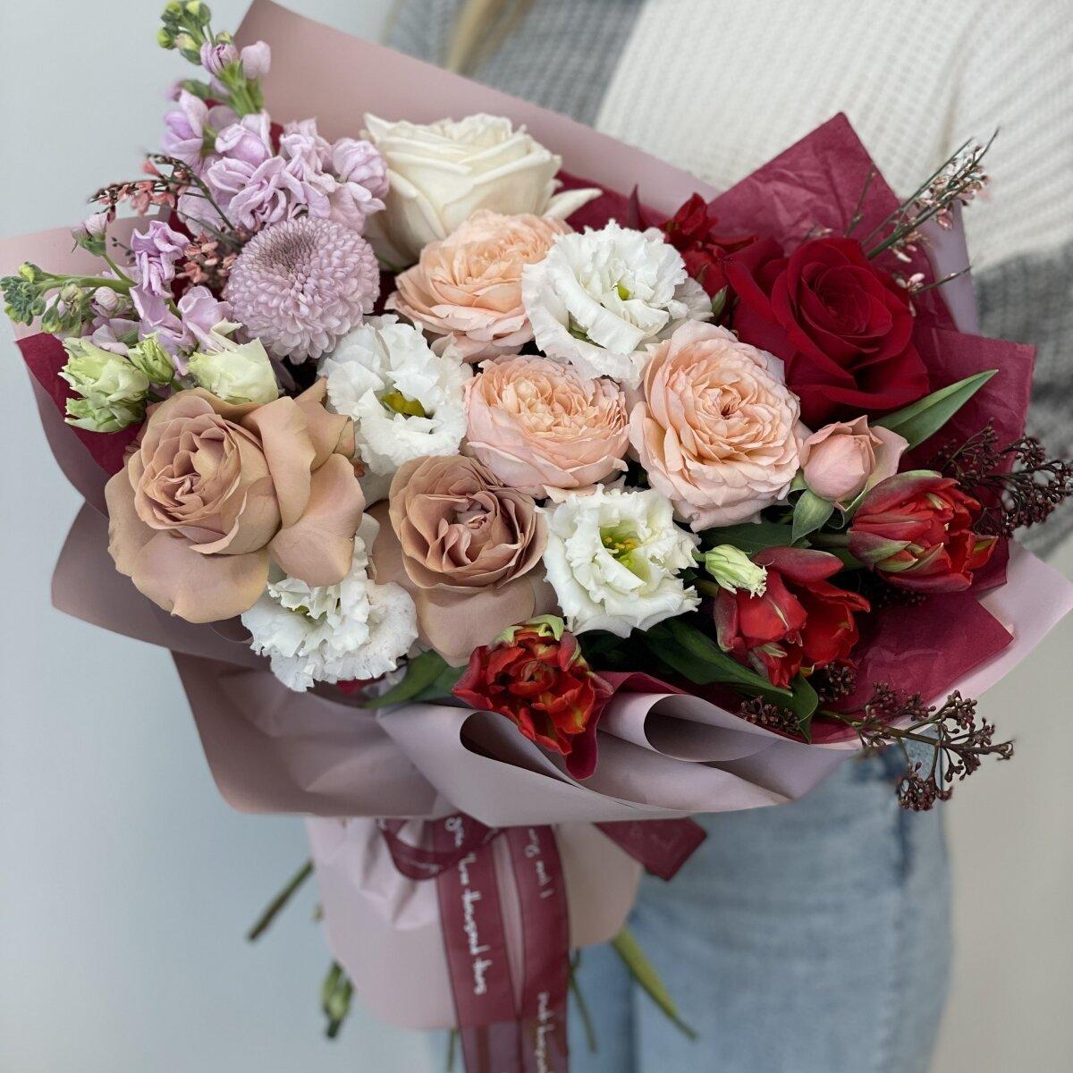 Букет Магия цвета из роз, маттиолы, тюльпанов и скиммии