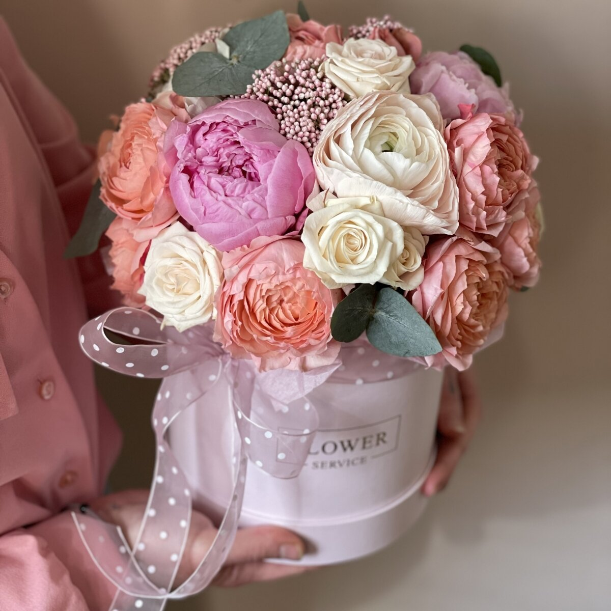 Коробка Симфония любви из пионов, ранункулюсов, озотамнуса и роз
