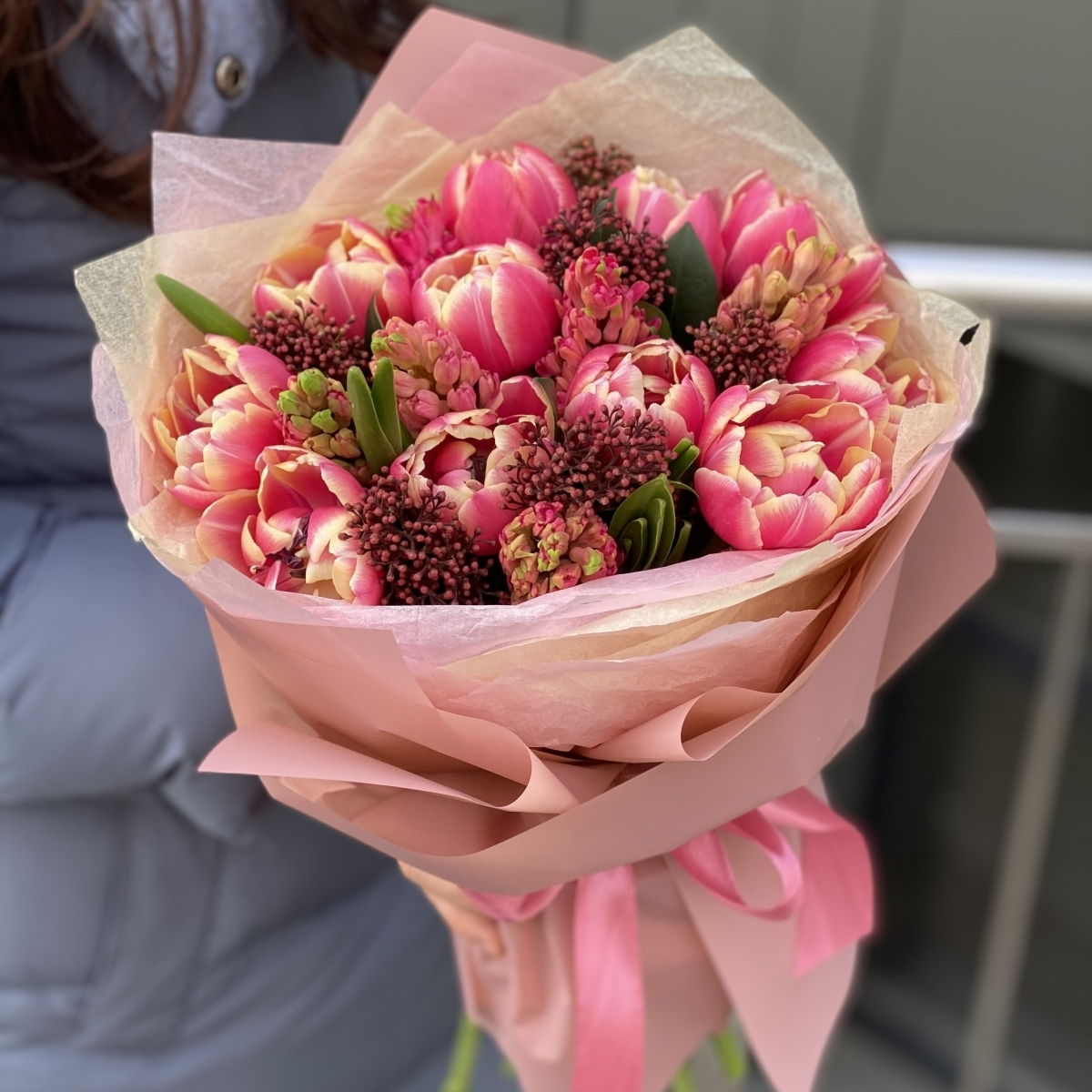 Букет Весенняя гармония из тюльпанов, гиацинтов и скиммии