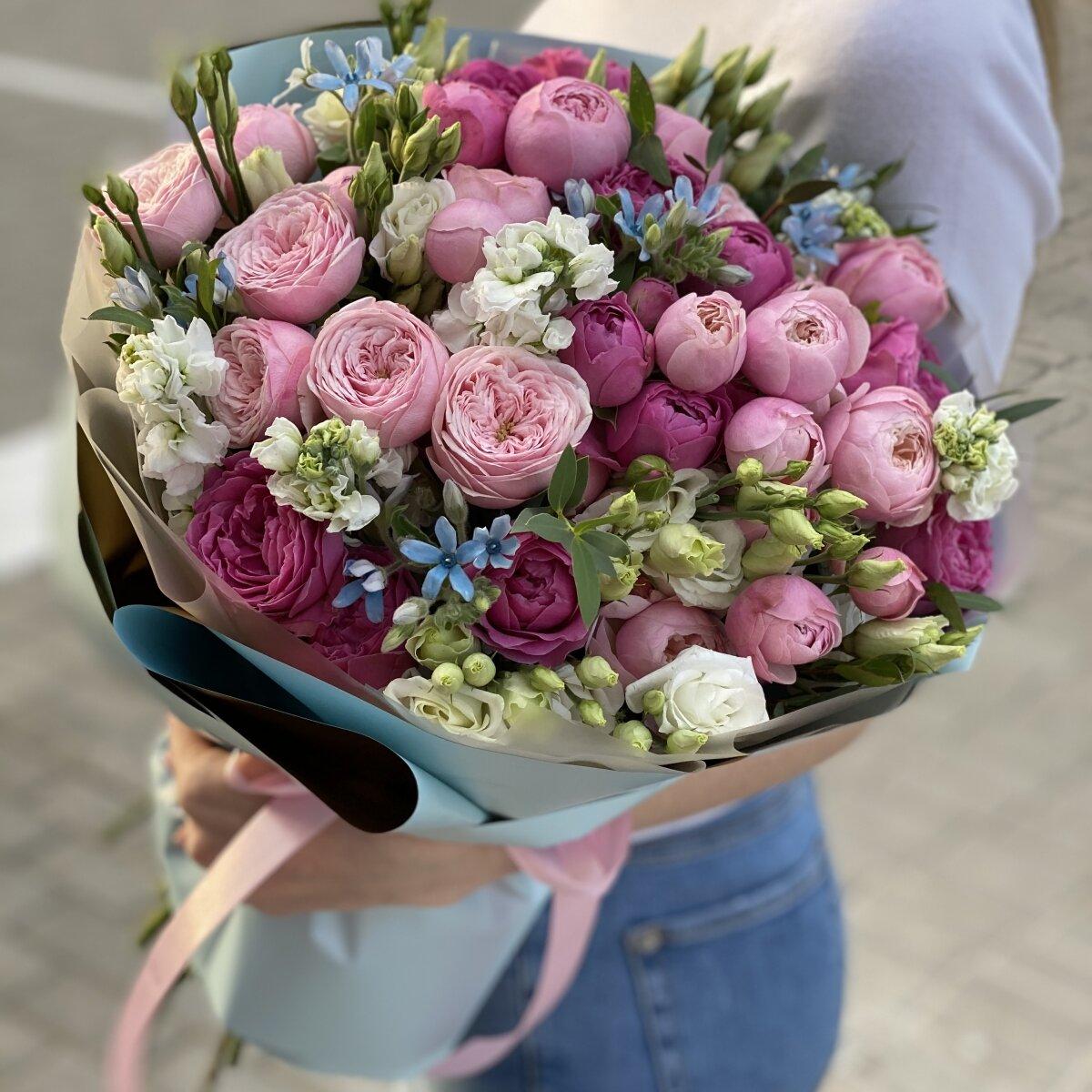 Букет Келли Макси из пионовидных кустовых роз, маттиолы, эустомы и оксипеталума