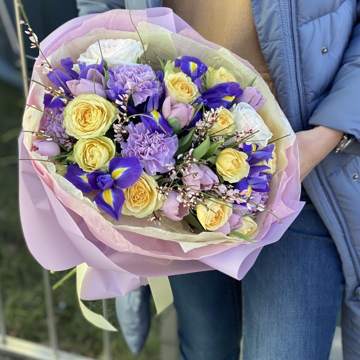 Букет Алгоритм Любви из тюльпанов, кустовой розы, генисты, ирисов и диантуса