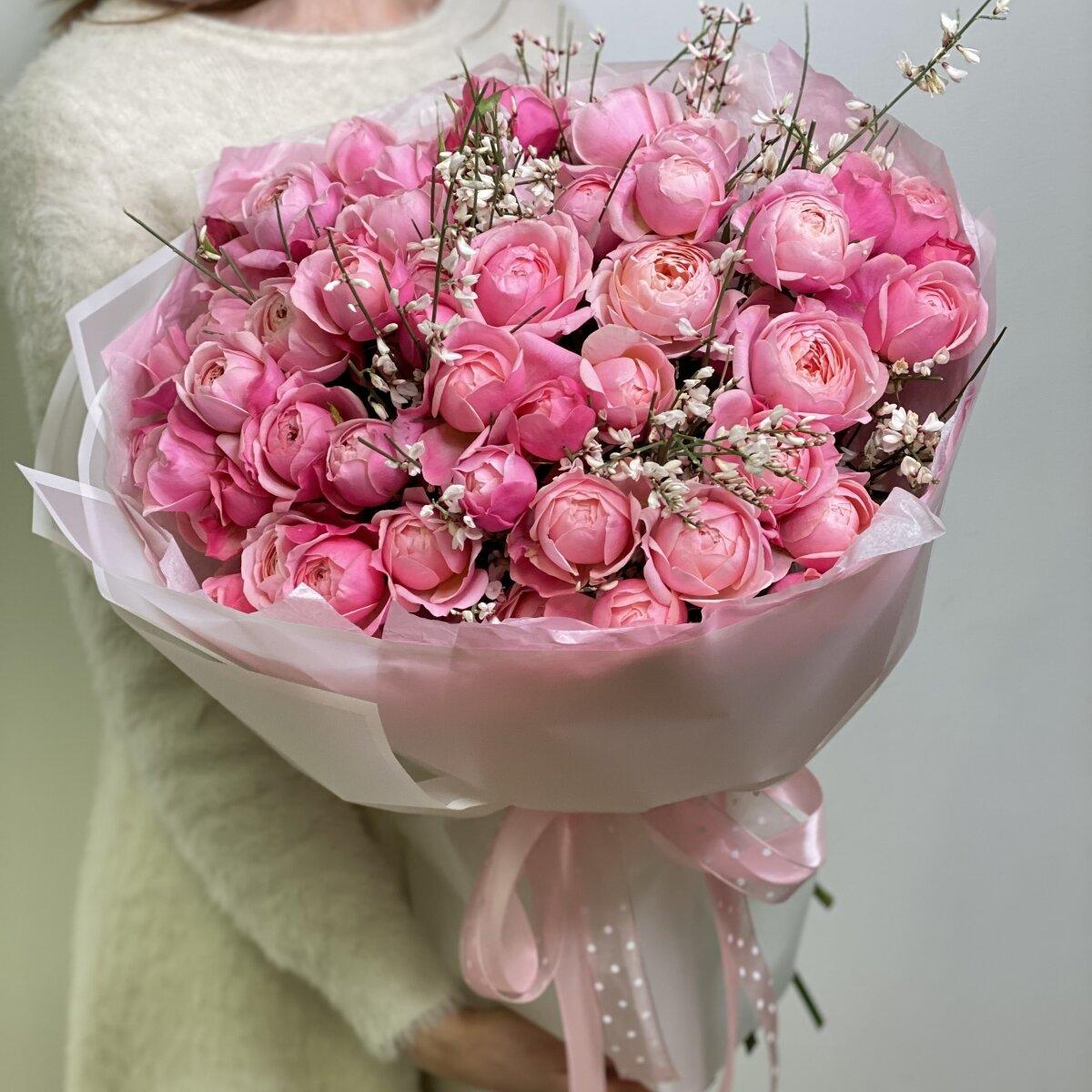 Букет Кэмирон из 25 веток кустовой пионовидной розы и генисты