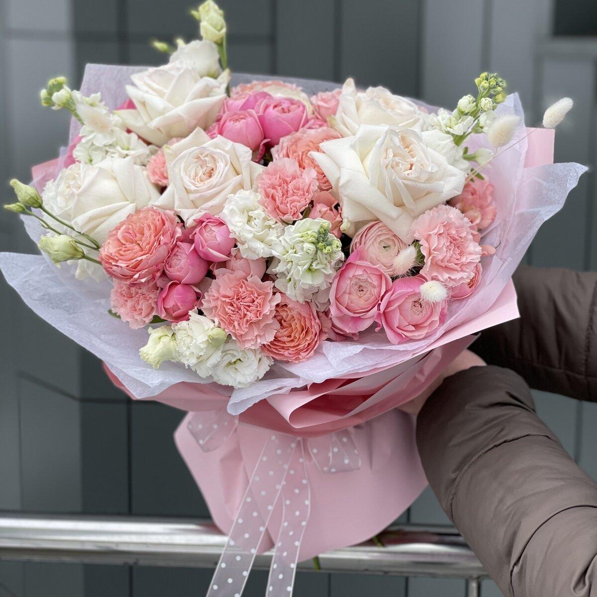 Букет Принцесса Лебедь из ранункулюсов, роз, эустомы, маттиолы