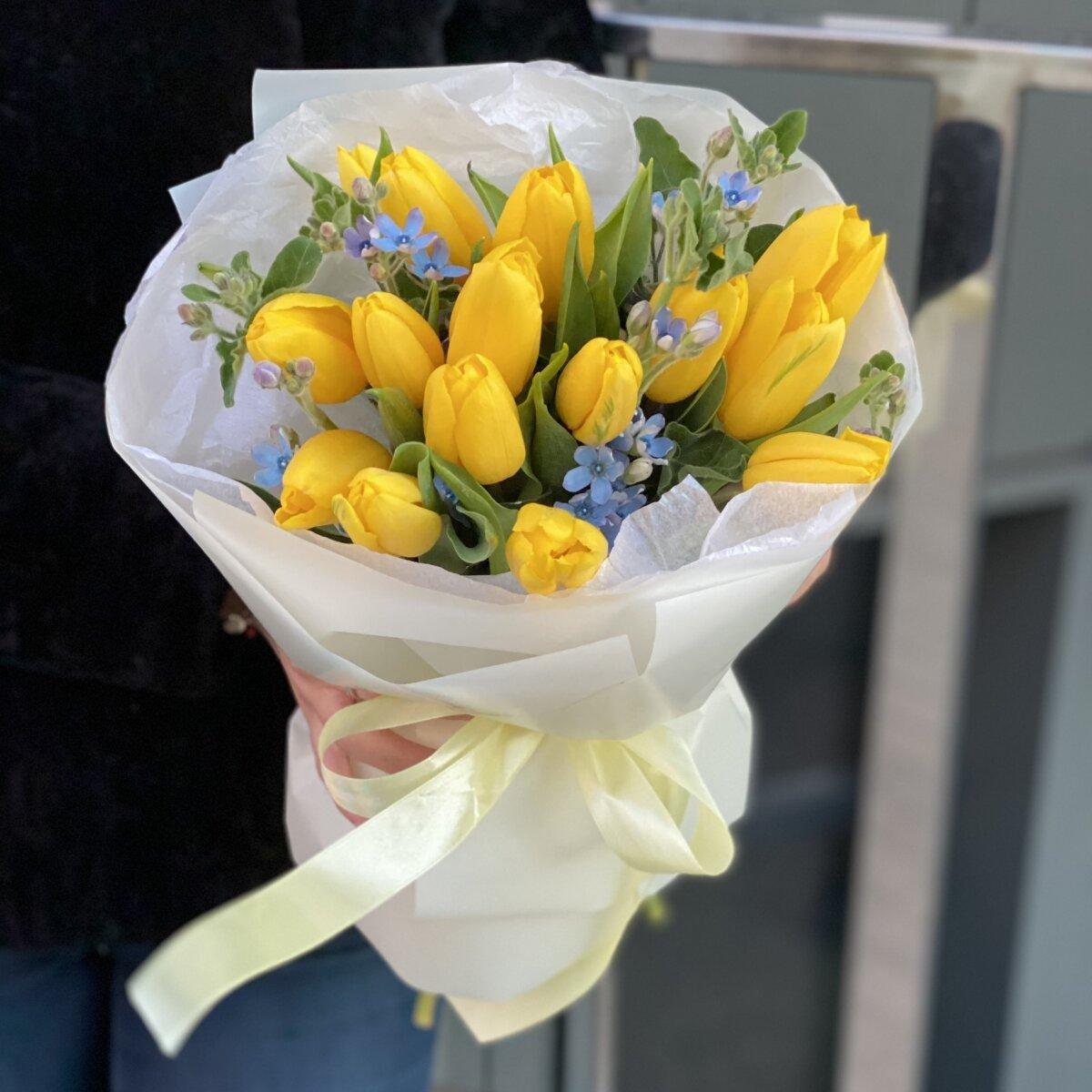 Букет Калейдоскоп весны из желтых тюльпанов и оксипеталума