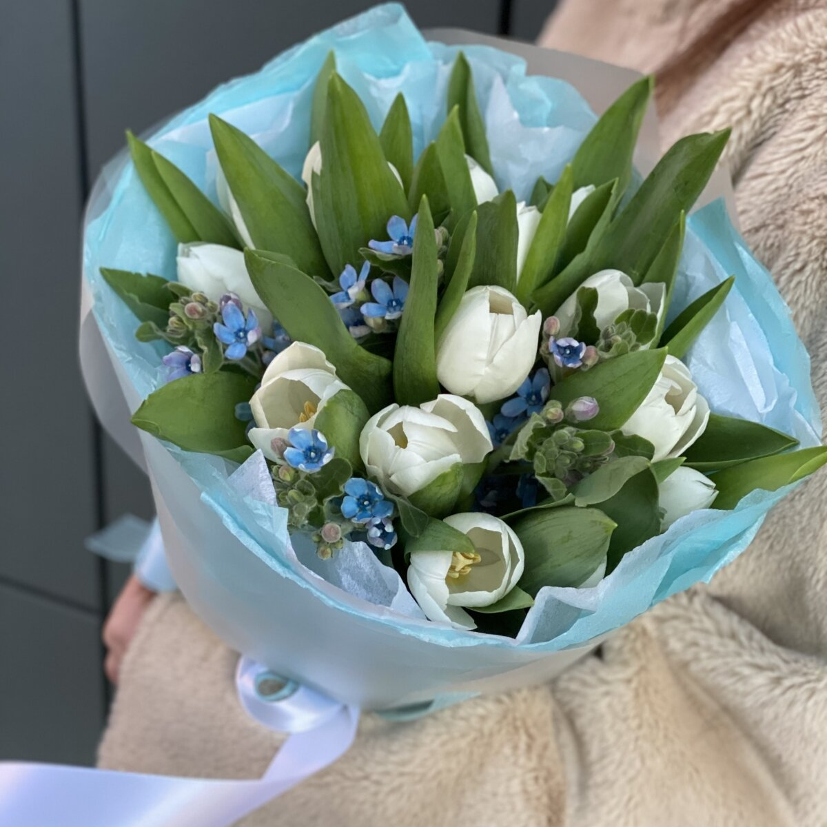 Букет Калейдоскоп весны из белых тюльпанов и оксипеталума