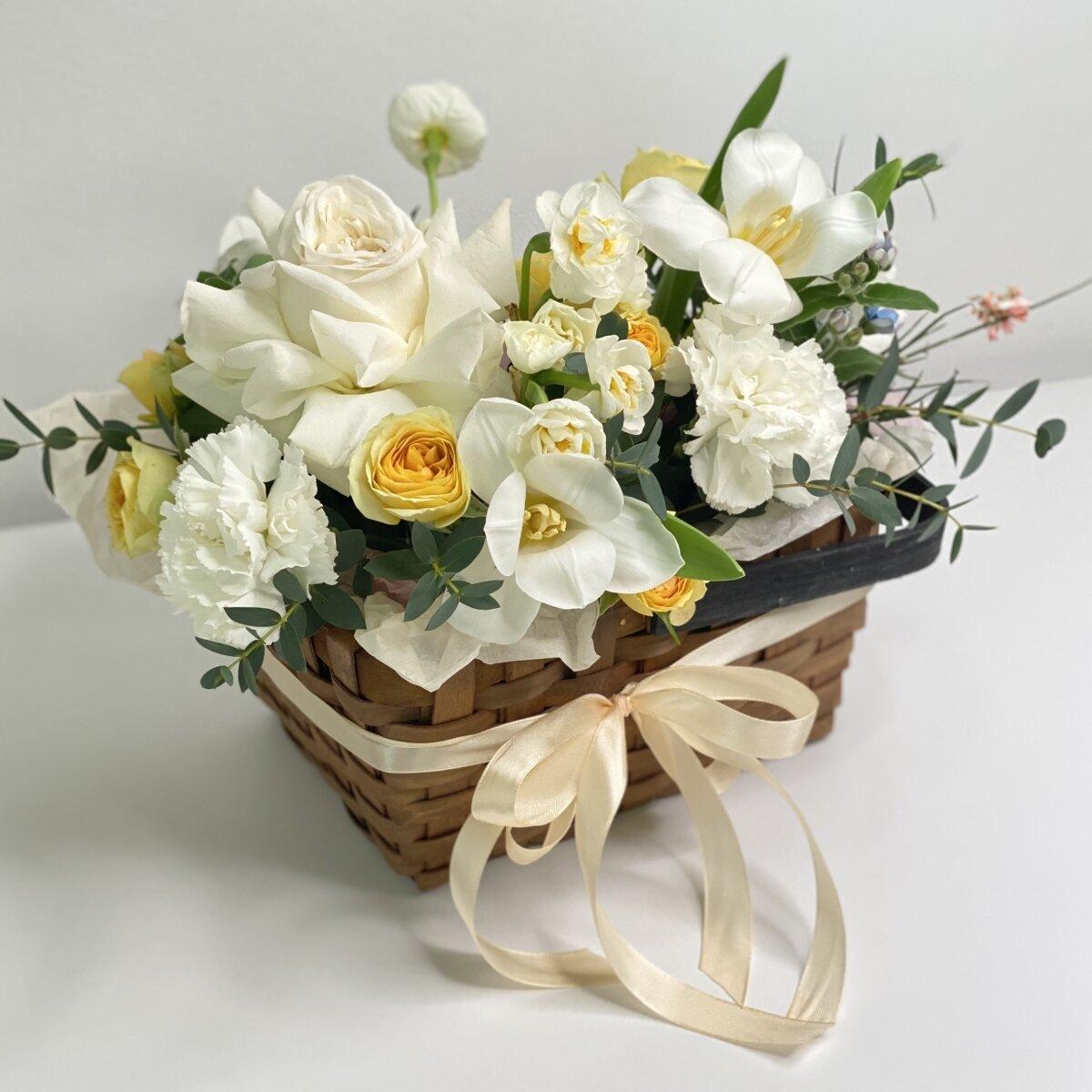 Корзина Очарование дня из эустомы, роз, тюльпанов, нарциссов и диантуса