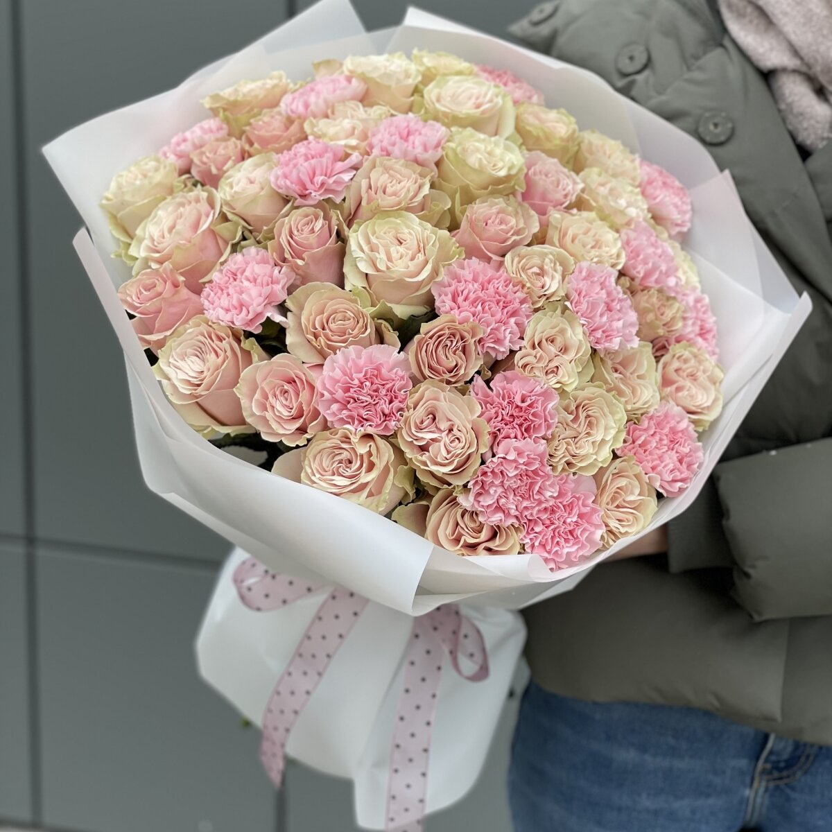 Букет Летуаль из роз и диантуса