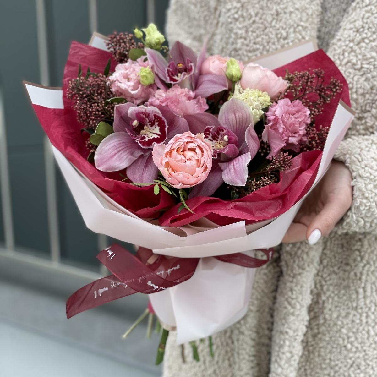 Букет Милан из цимбидиума, скиммии, розы и эустомы