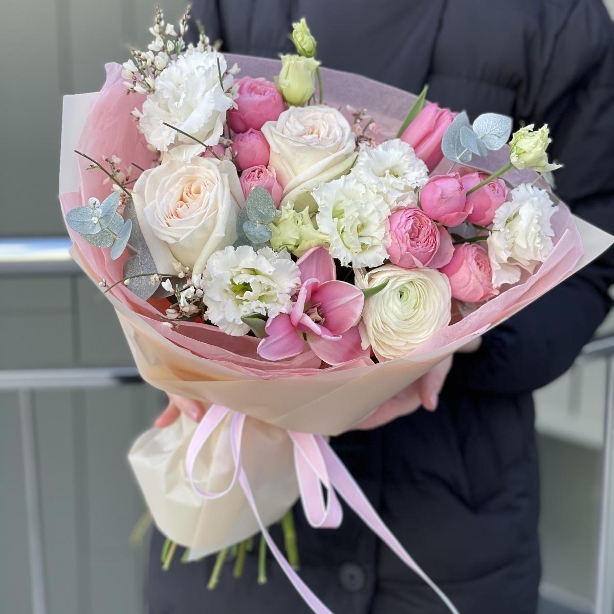 Букет Анабель с розами, тюльпанами, ранункулюсами, эустомой и генистой