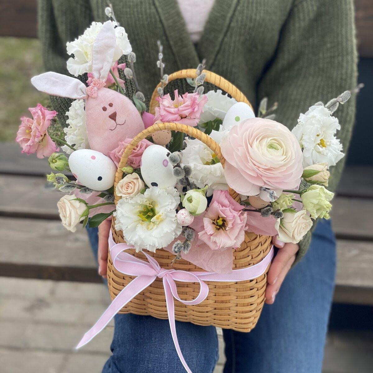 Композиция Пасхальный Зайка из эустомы, ранунклюса, роз и декора