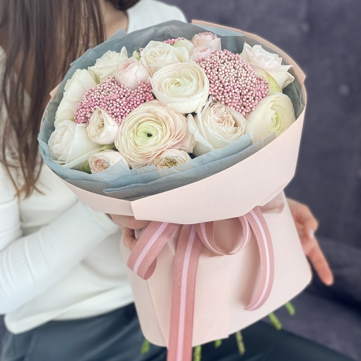 Букет Нежный образ из ранункулюсов, озотамнуса и роз