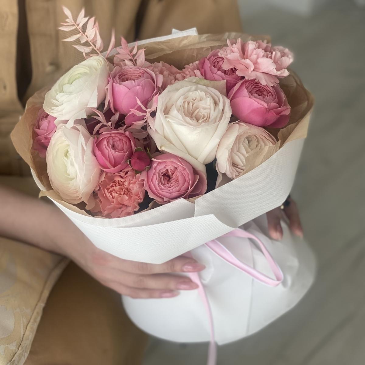 Букет Миллениум из ранункулюсов, роз, диантуса и рускуса