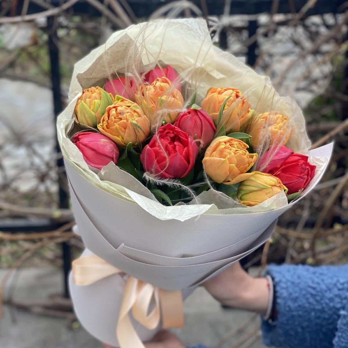 Букет из пионовидных тюльпанов и стифы