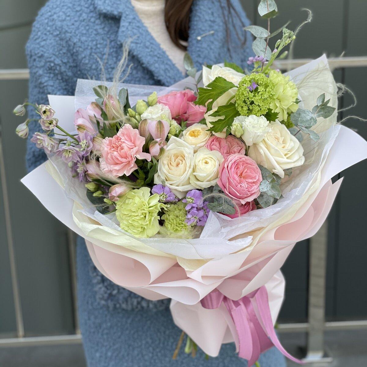Букет Валери из дельфиниума, момоки, тюльпанов и роз