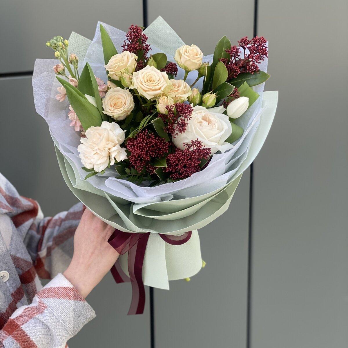 Букет Оливия из маттиолы, скиммии, тюльпанов и роз