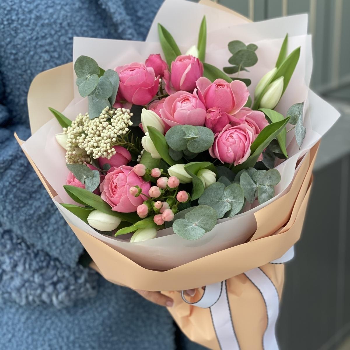Букет С Любовью Макси из тюльпанов, озотамнуса, гиперикума и пионовидных роз