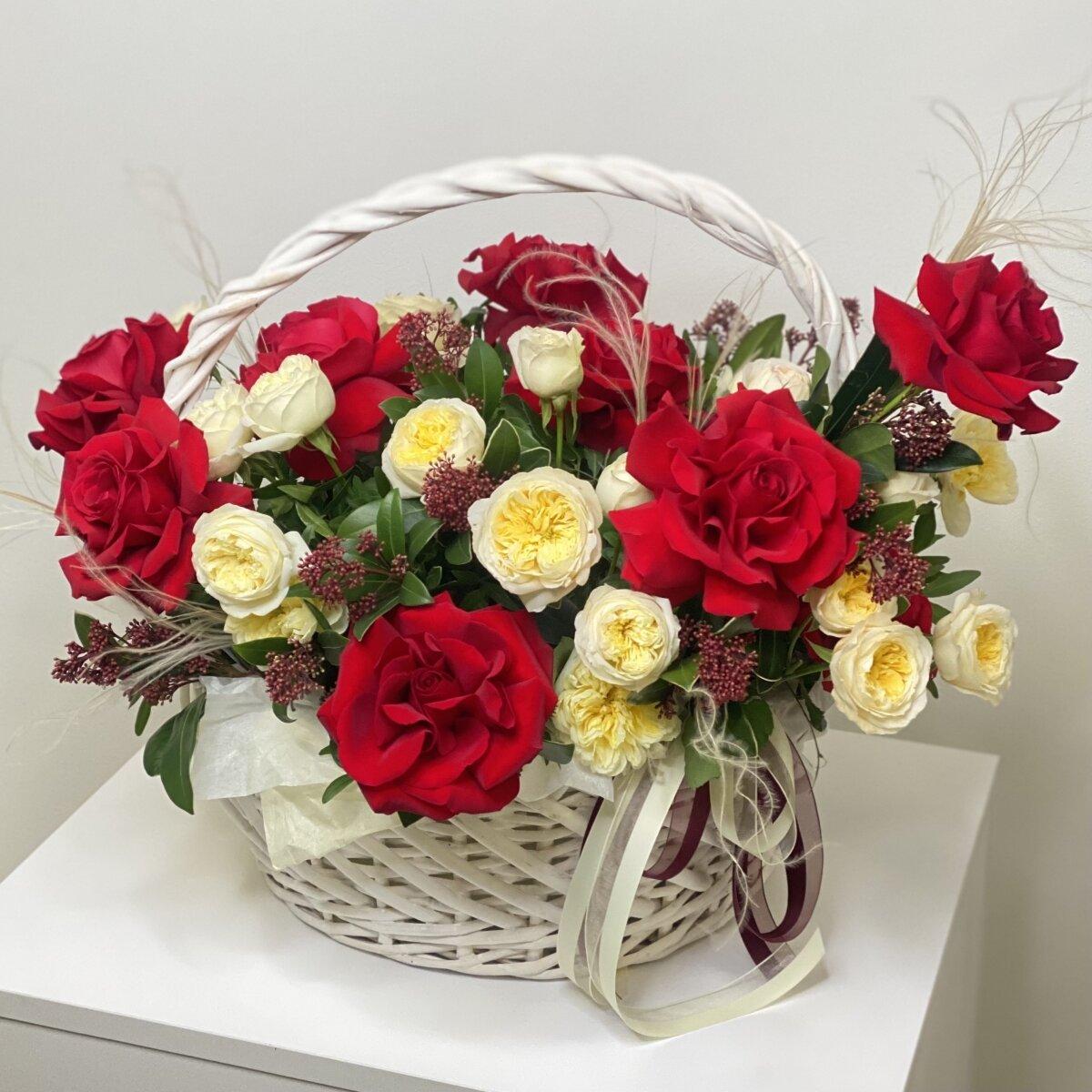 Корзина Эсмира из красных роз, кустовых пионовидных роз и скиммии