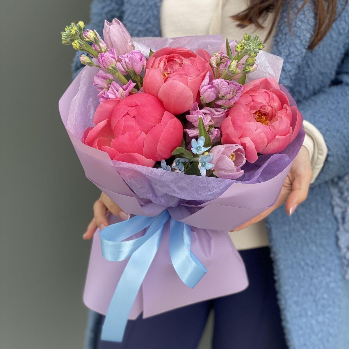 Букет Бурлеск из пионов, маттиолы, оксипеталума и тюльпанов