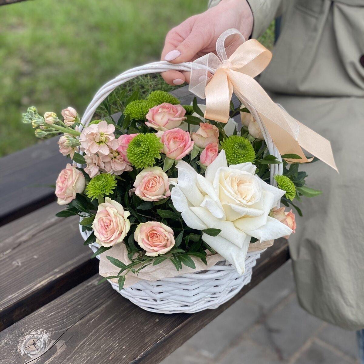 Корзиночка Лесная сказка из кустовых и одноголовых роз, маттиолы и филин грина