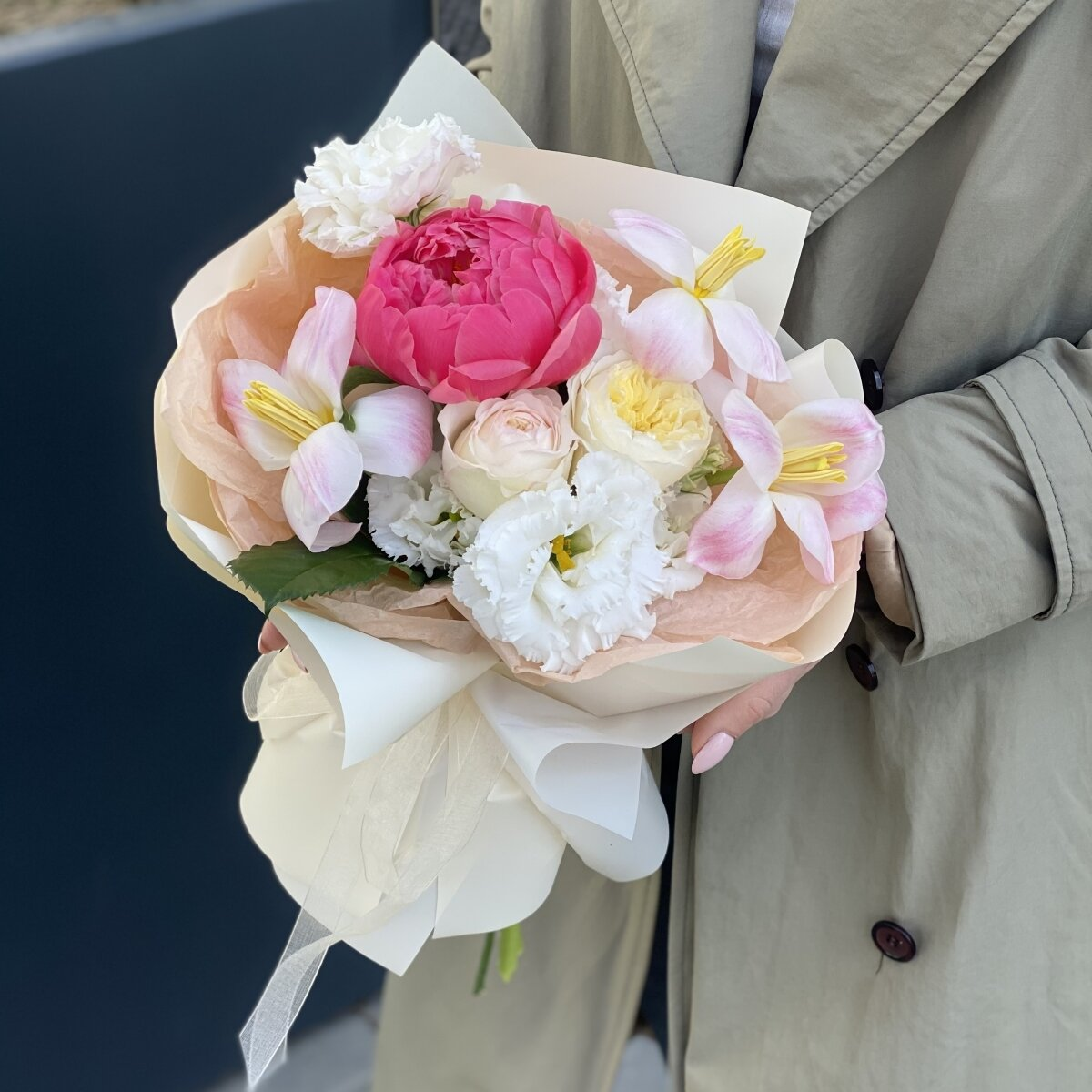 Букет Яркое лето из пиона, тюльпанов, кустовых роз и эустомы