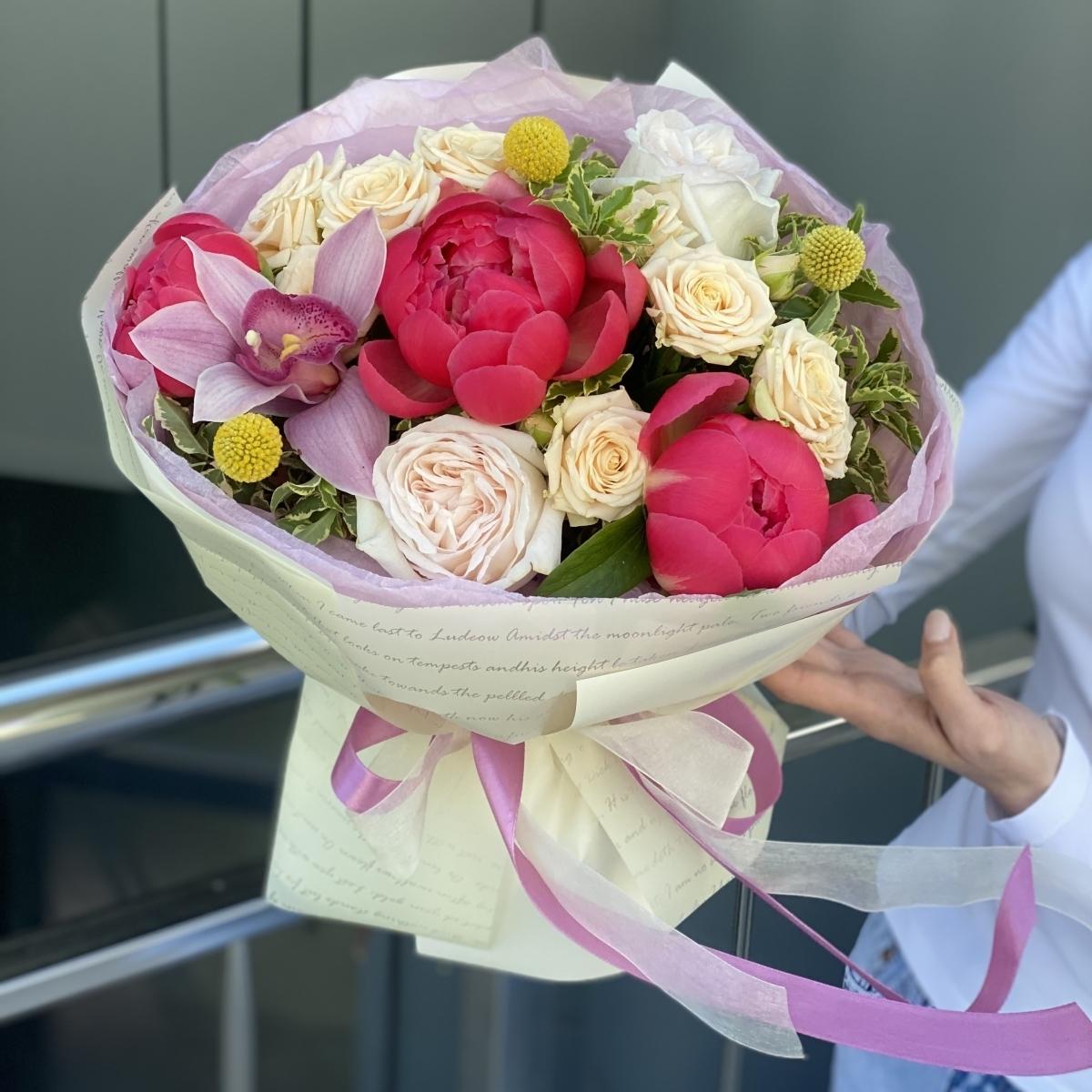 Букет Ассорти из пионов, цимбидиума, роз и краспедии
