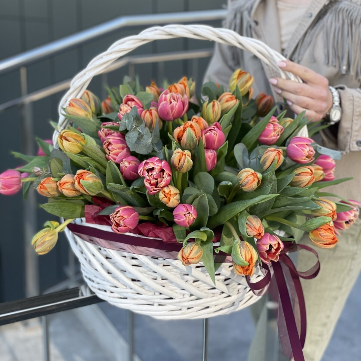 Корзина Колумбия из пионовидных тюльпанов