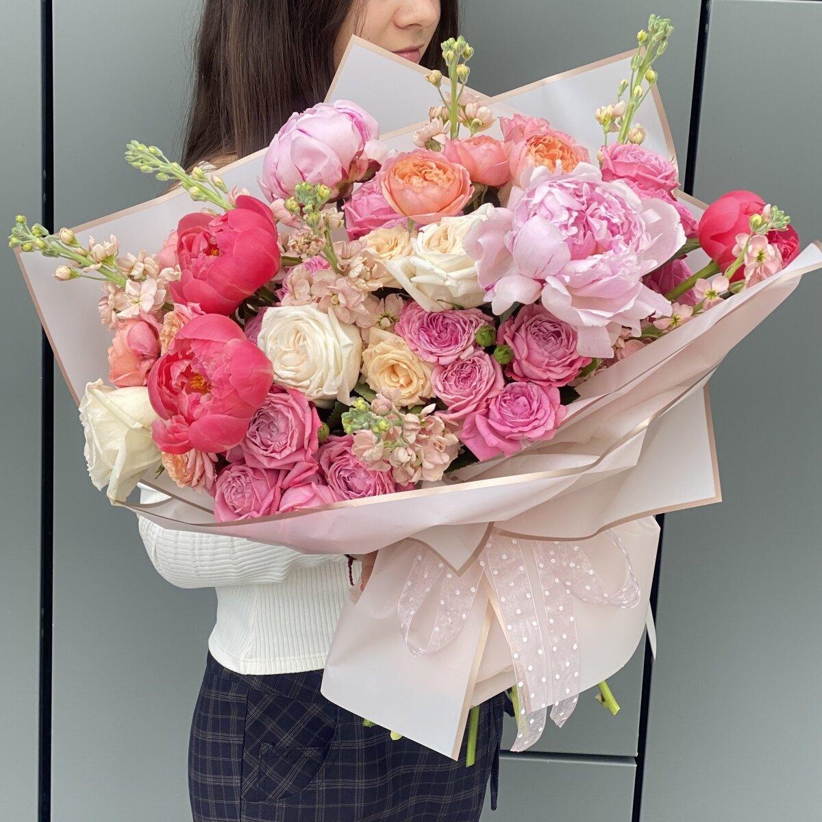 Букет Сказочный Мир из маттиолы, пионов и кустовых пионовидных роз
