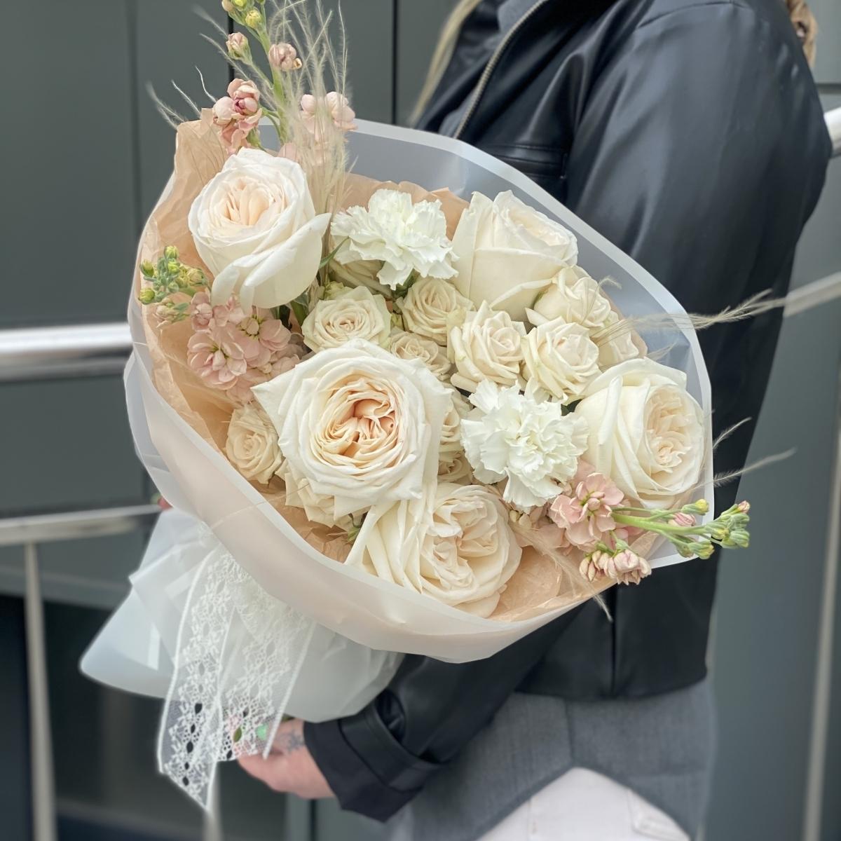 Букет Баунти из стифы, маттиолы, кустовой и одноголовой розы