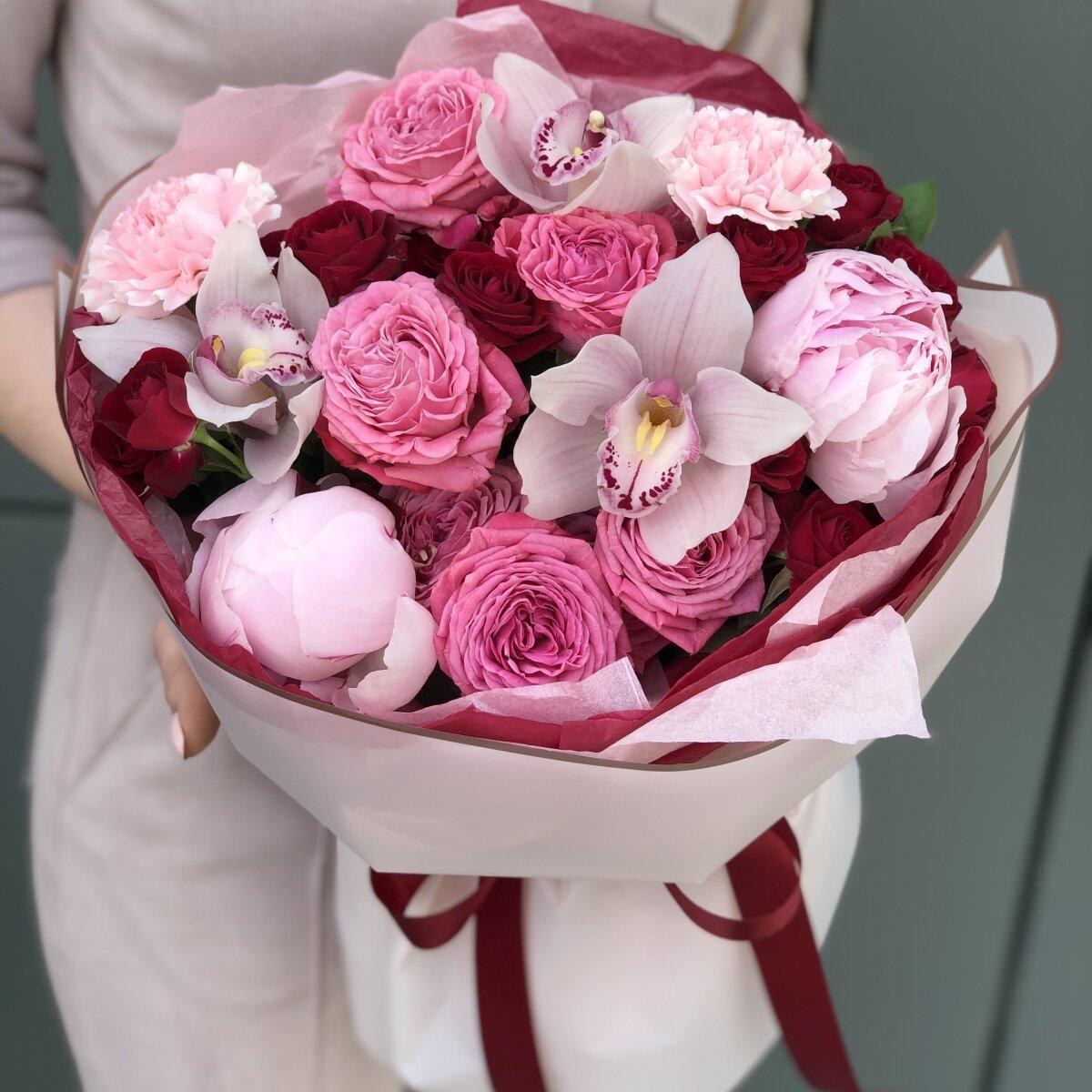 Букет Ягодный пунш из пионов, цимбидиума, диантуса и роз
