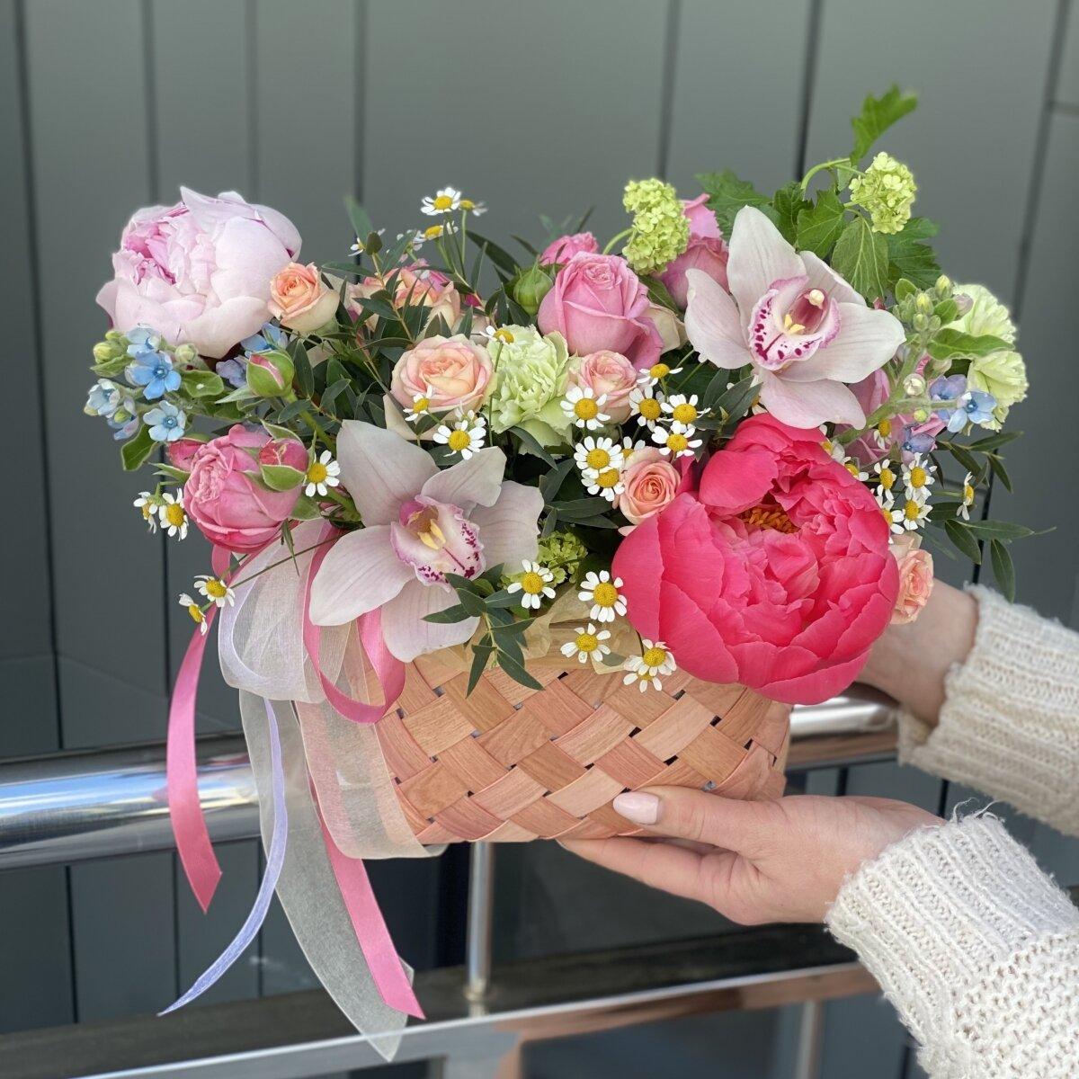 Корзина Лучистый день из пионов, оксипеталума, вибурнума, роз и цимбидиума