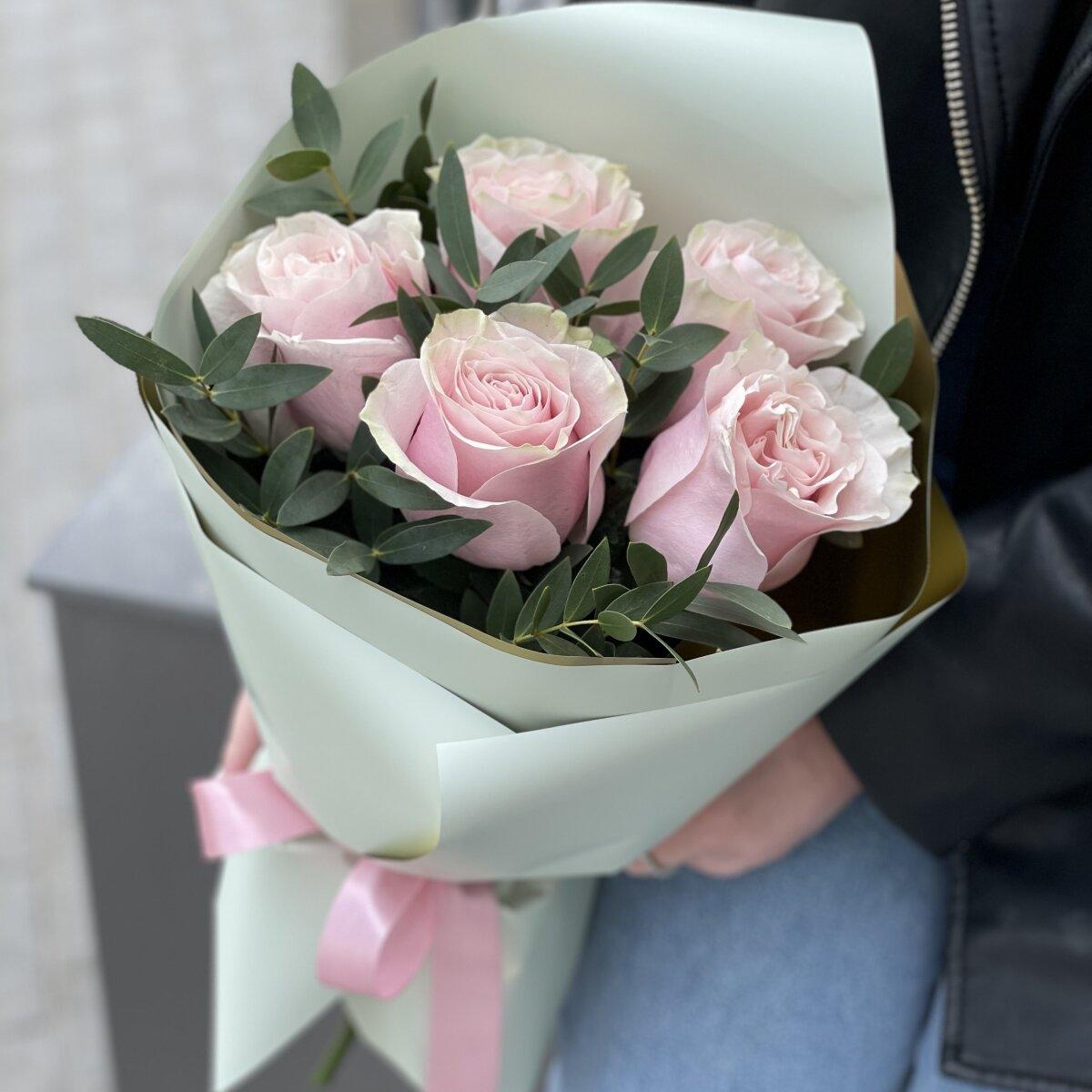Букет Женственный из 5 роз и эвкалипта