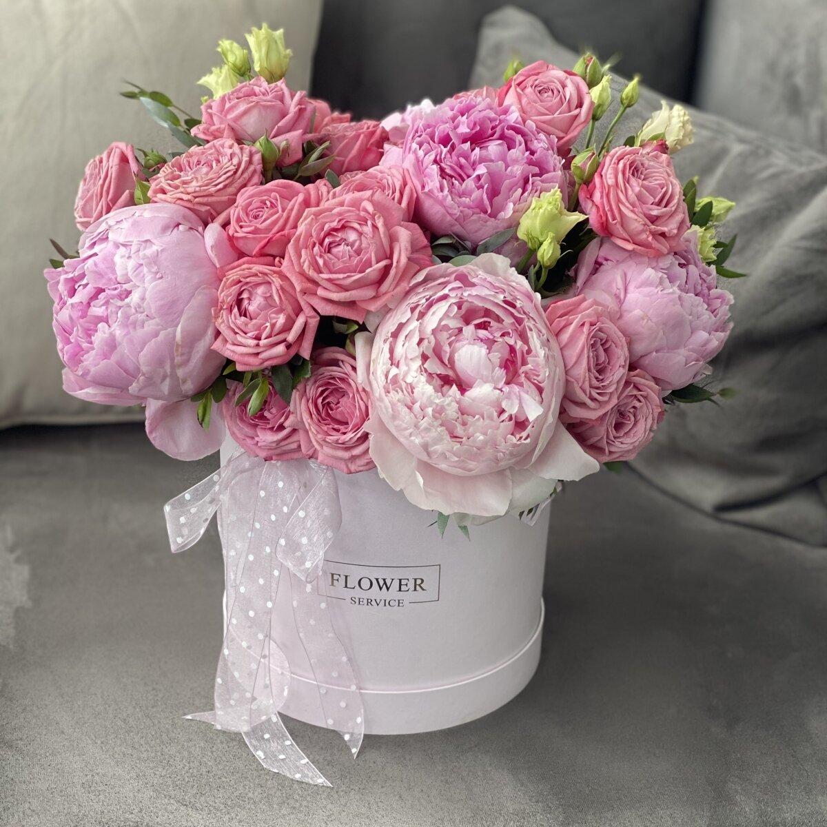 Коробка Эмили из пионов и кустовой розы