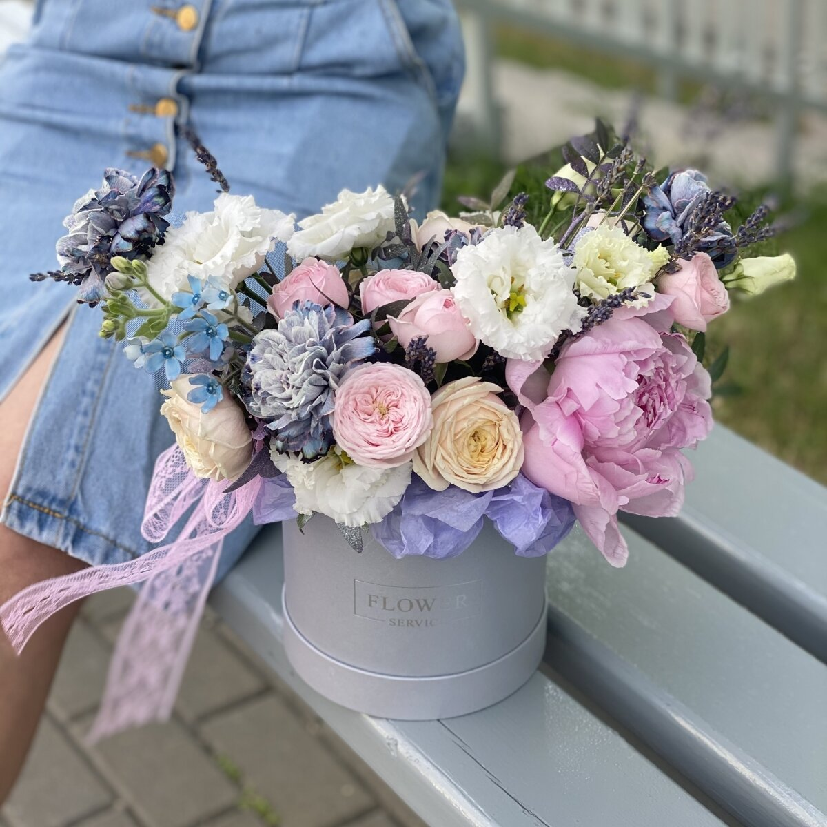 Композиция Приятного дня из пионов, оксипеталума, диантуса и роз