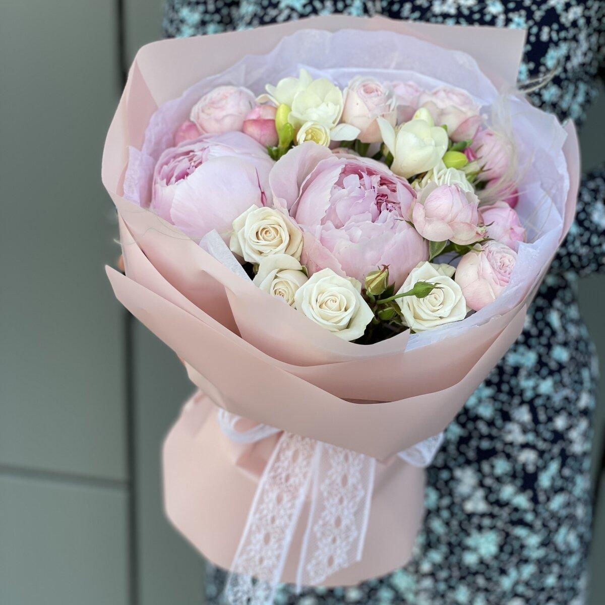 Букет Версаль из пионов, фрезии и роз
