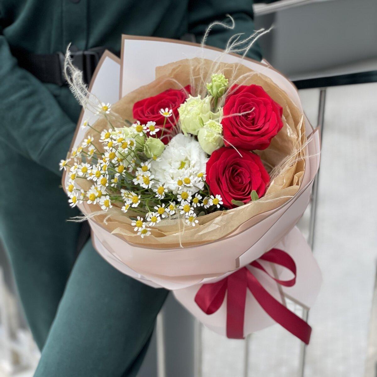 Букет Жаннет из роз, стифы, ромашек и эустомы