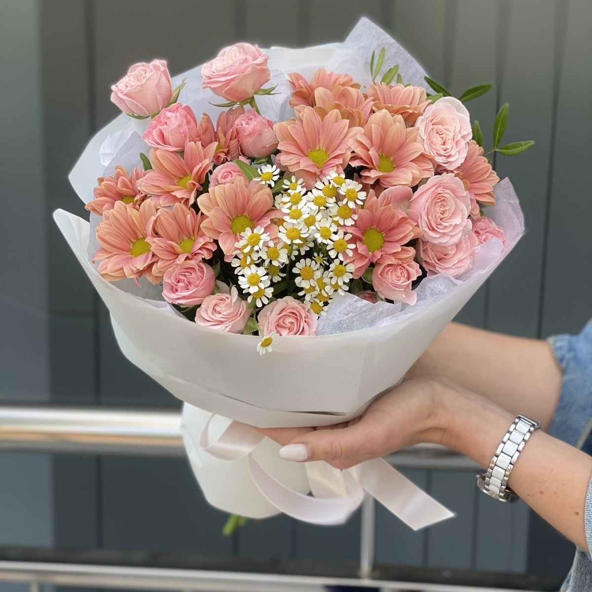 Букет Грейс из хризантемы, роз и танацетума