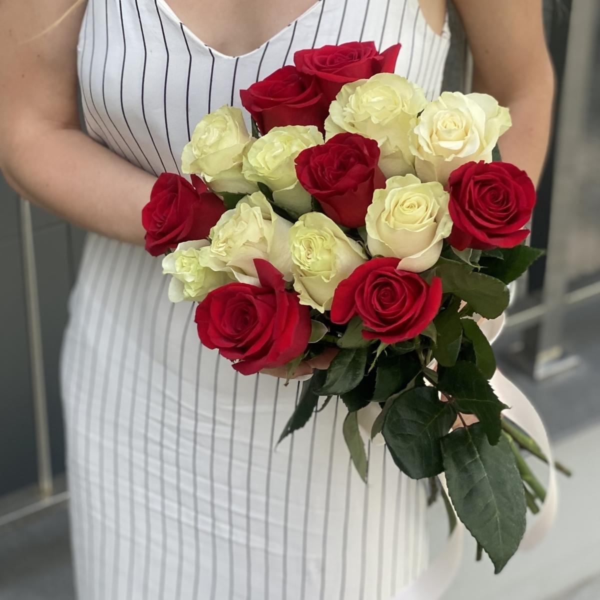Букет Влюбленный взгляд из 15 красных и белых роз