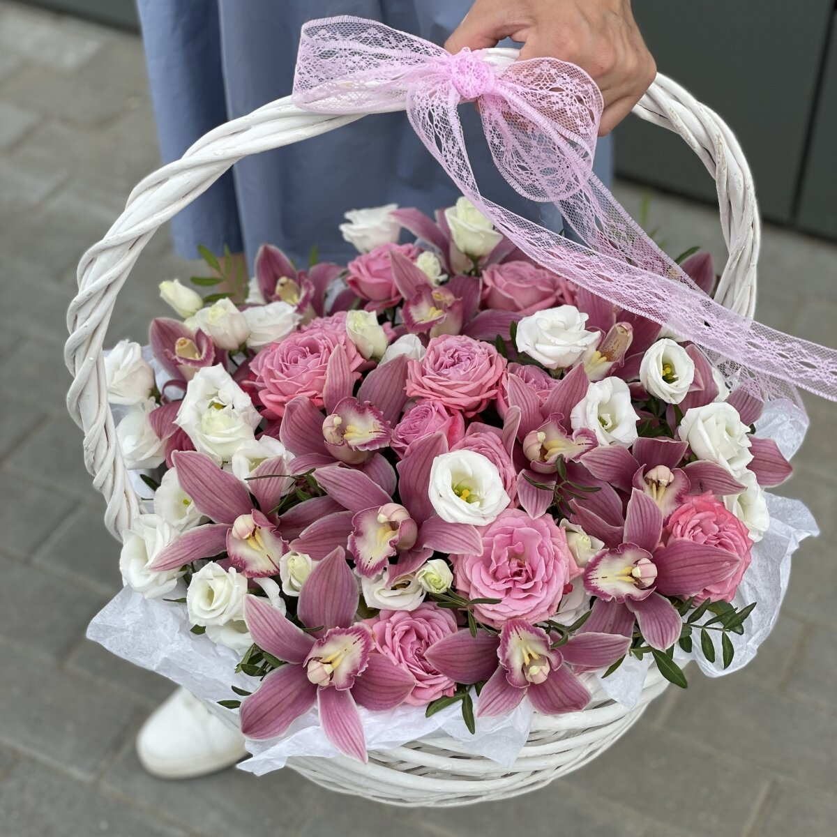 Корзина Розовое наслаждение из цимбидиума, роз и эустомы