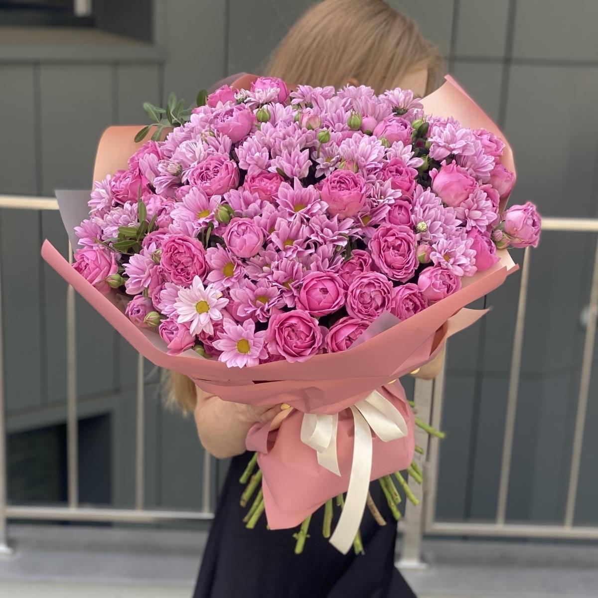 Букет Юбилейный из кустовых пионовидных роз и хризантемы