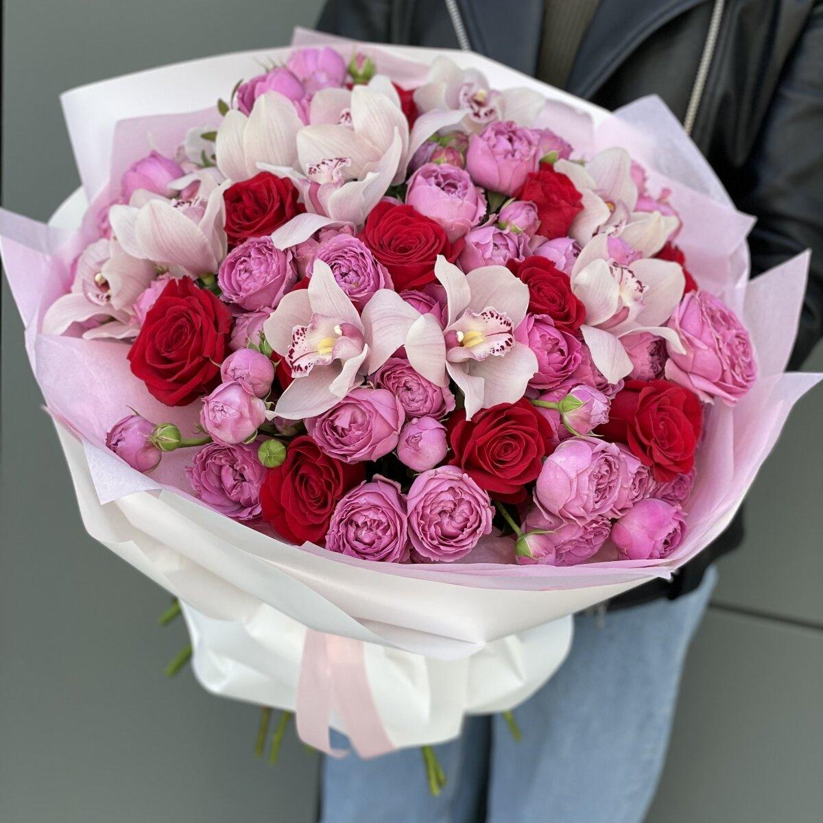 Букет Валеджио из цимбидиума, кустовых и одноголовых роз