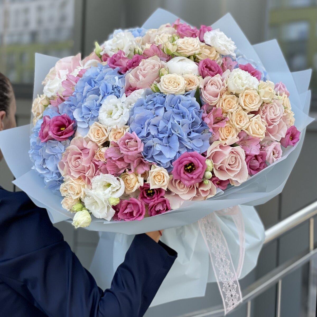 Букет Цветочный мир из гортензий, альстромерии, пионов и роз