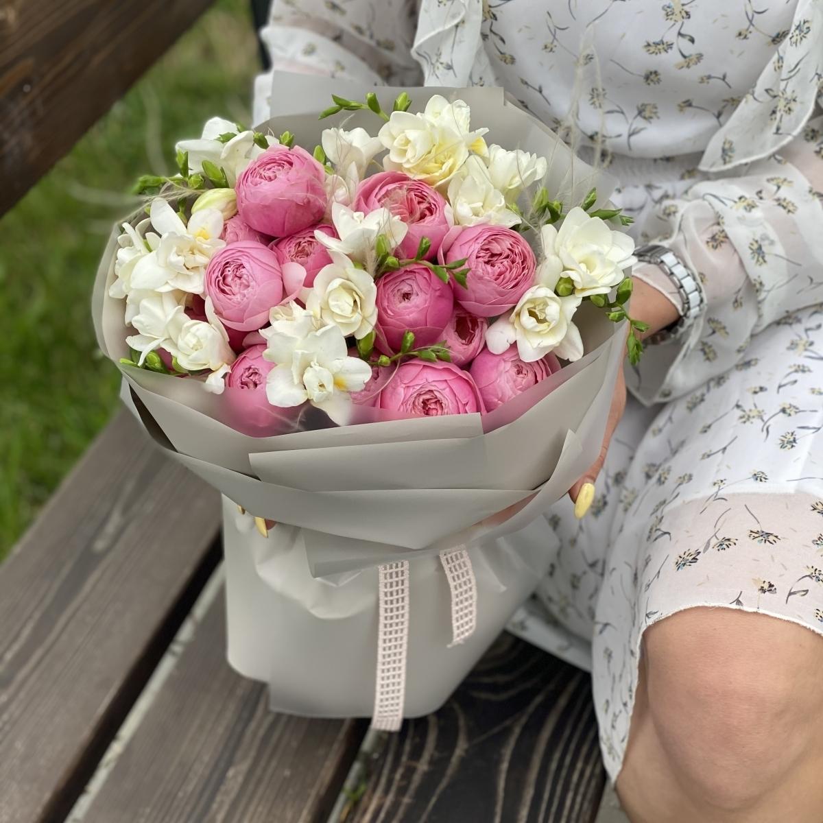 Букет Армани из кустовых пионовидных роз и фрезии