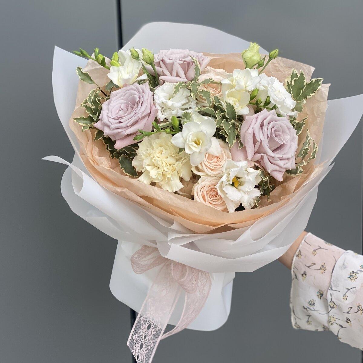 Букет Солетто из роз мента, фрезии, питтоспорума и роз